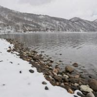支笏湖の景色、冬。奥に見える山にはエゾシカがわんさかですよ。