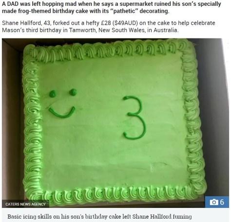 あまりにもお粗末だった誕生日ケーキ(画像は『The Sun 2018年11月12日付「HOPPING MAD Disgusted dad slams supermarket for ruining his son's frog-themed birthday cake with their 'pathetic' decorating skills」(Credit: CATERS NEWS AGENCY)』のスクリーンショット)
