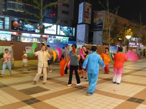北京の路上で踊る人