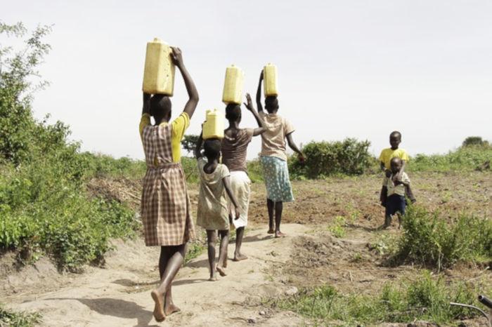 水汲みをする女性