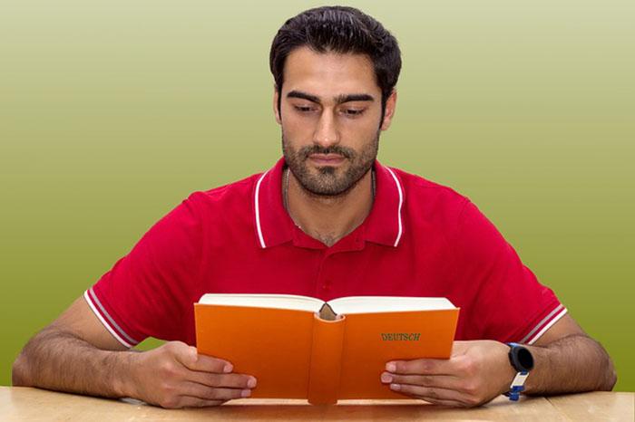 勉強する外国人