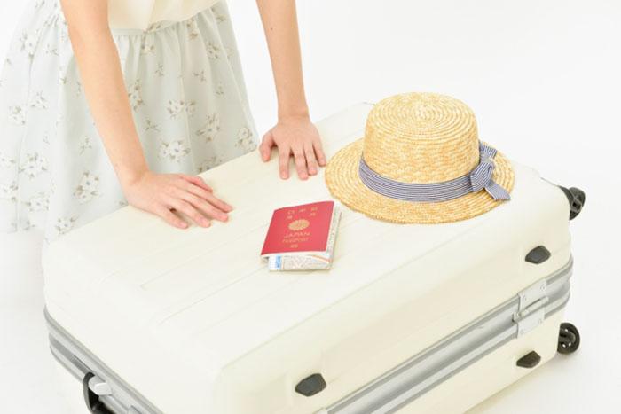 スーツケースに持ち物をつめる