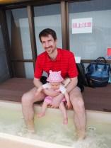Marko in Zoja namakata noge v termalno vodo.
