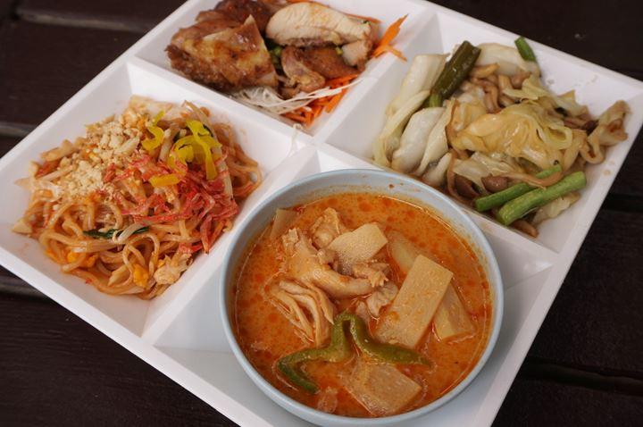 Thai Village (Thai Food) タイ村 (タイ料理) レッドカレー パッタイ ガイヤン - Yuigahama Beach 由比ガ浜海水浴場 Kamakura 鎌倉