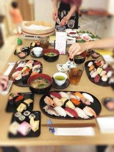 テーブルの上のお寿司