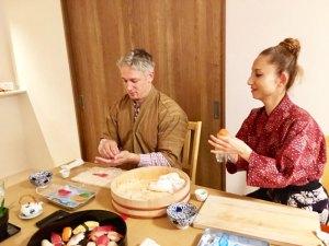 手毬寿司を作っている