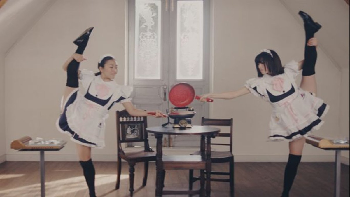 100 Japanese maids cook one pancake