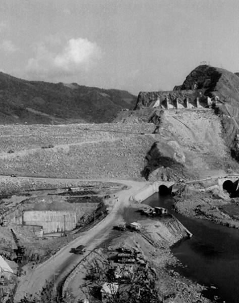 1960年代の昭陽江ダム建設現場。当時対日請求権を行使して受け取った資金で用意したトラックなど重装備が活用された。(写真=韓国水資源公社)