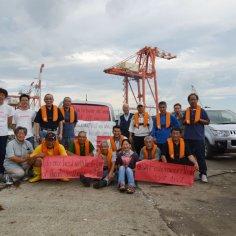 Linda-with-Tohoku-fishermen-buy-lifejackets-with-Alaska-(USA)-fishermen-to-Tohoku-fishermen-direct-donation-2011-W