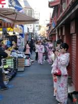Une petite rue derrière la Nakamise Street, proche du temple Senso-Ji, calme, kimonos, superbe ambiance à Asakusa