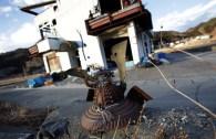 Un casque de samurai abandonné et rongé par la rouille à Otsuchi, préfecture d'Iwate
