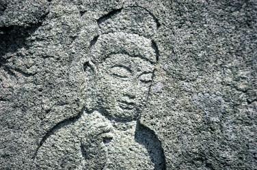 石川県金沢市、長谷山観音院の観音菩薩石像。 観音院の本尊は、安産を守るという十一面観音。