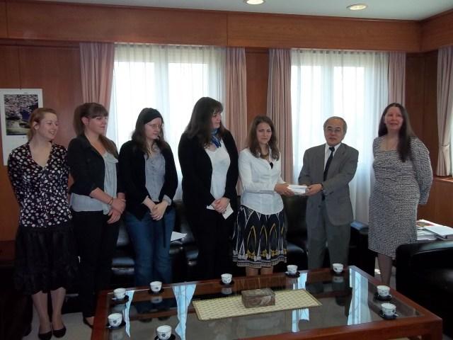 A japán nagykövet átveszi és megköszöni az összegyűjtött adományokat
