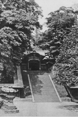 The stair way leads to the karamon (Chinese style gate). Beyond the gate is the cemetery.