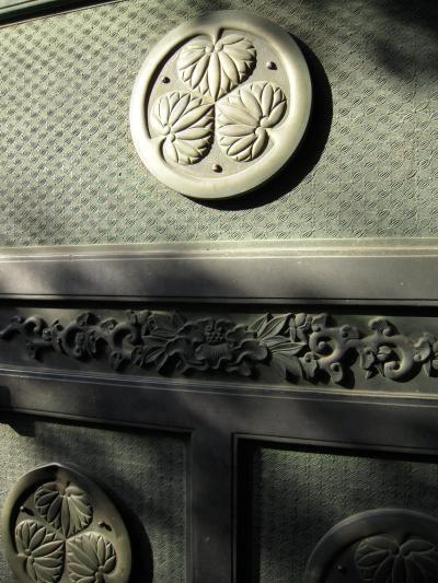 Tokugawa family crest at Bunshoin.