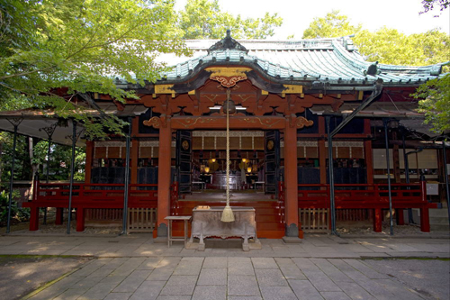 Located in the heart of Shinjuku, one of Tokyo's busiest and craziest areas, Akasaka Hikawa Shrine is a welcome way to jump back to Edo while in the craziness that is Tokyo.