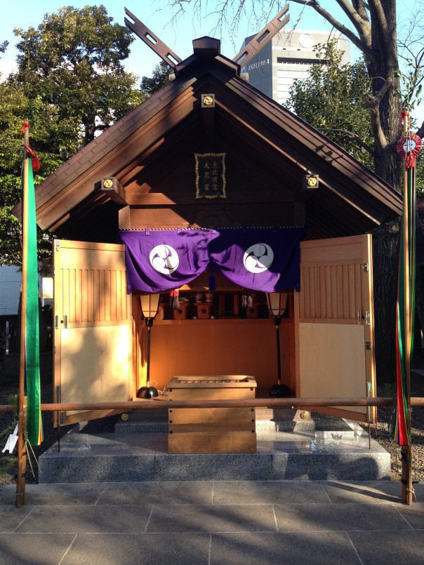 The actual shrine to Ebisu is basically a wooden shed behind Tomioka Hachimangu.