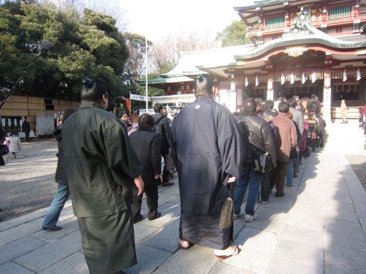 2 sumō wrestlers visit Tomioka Hachiman-gū on New Year's Day