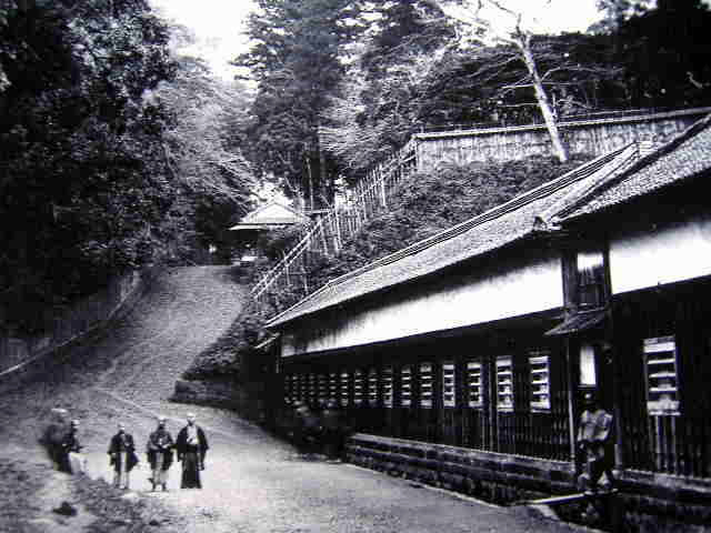 This is a famous photo of the lower residence of Shimabara Domain on nearby Tsuna-zaka (Tsuna Hill). It's not Yūrei-zaka, but it gives you an idea of how wooded the area was at that time. Even a street like this would have been scary at night.