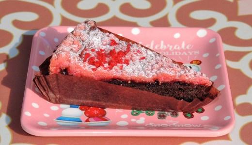 ディズニーランドの☆クリスマス☆スーベニアプレート付き「チョコとラズベリーのクランブルケーキ」