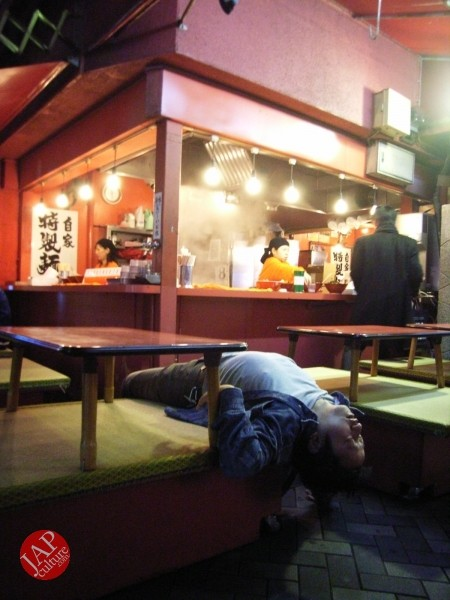 Amazing Japanese table manner! Restaurant staff take care not only food but your sleep too! (3)