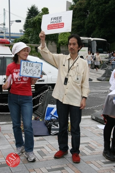 Free hugs struggle in Japan vol.1 Can we do it really smoothly and naturally? (12)