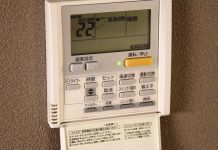 Típico mando a distancia de aire acondicionado japonés sujeto a la pared