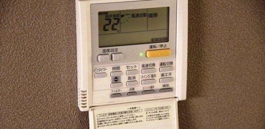 Cómo usar un climatizador en Japón. Típico mando a distancia de aire acondicionado japonés sujeto a la pared