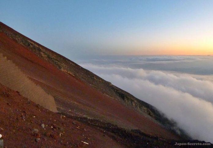 Guía para subir al Fuji. Ladera del Fuji durante el ascenso (japon-secreto.com)