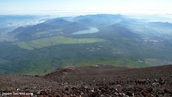 Foto que tomamos desde la cima del Fuji. Vista del lago Ashi ( 芦ノ湖)