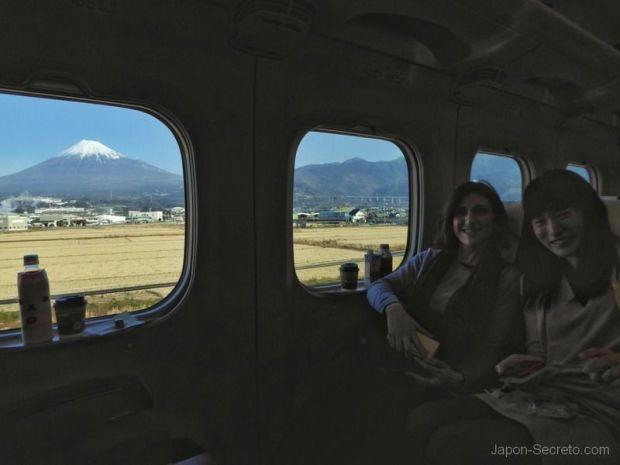 Pilar y Yuki viajando en el Shinkansen hacia Kioto y con las vistas del Monte Fuji al fondo.