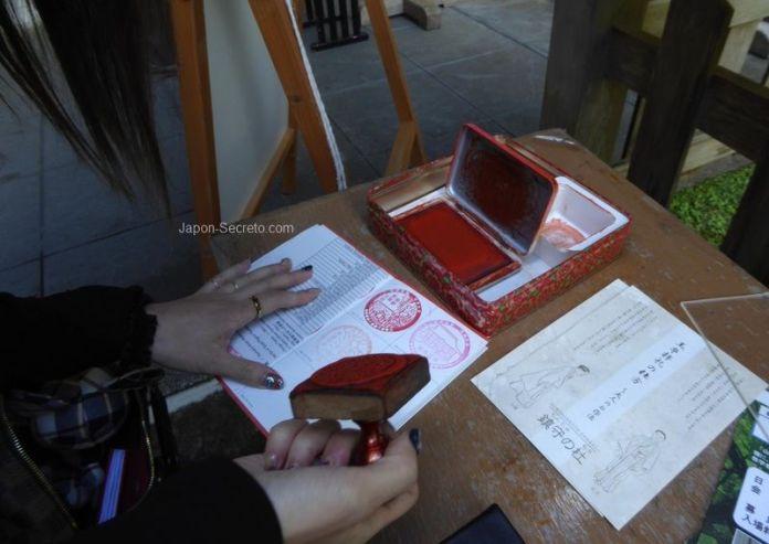 Poniendo sello en la credencial del Camino de Kumano