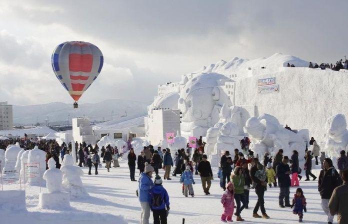 """Festivales de Japón: Festival de Invierno de Asahikawa (旭川冬まつり, """"Asahikawa Fuyu Matsuri"""") es el segundo festival de invierno más importante de los celebrados en la isla de Hokkaidō tras el Festival de la Nieve de Sapporo."""