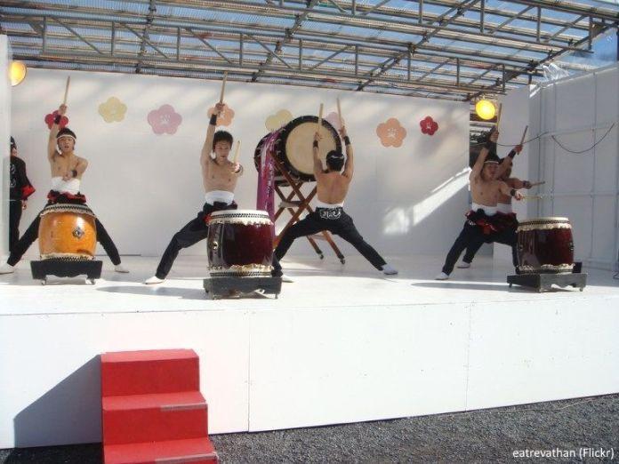 Demostración de tambores taiko durante el El Atami Baien Ume Matsuri (熱海梅園梅まつり) en Atami (prefectura de Shizuoka).