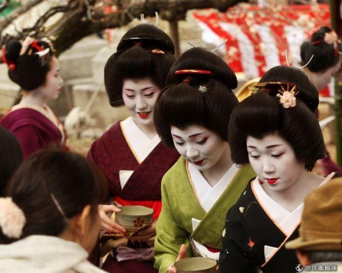Festivales de Japón: el Baikasai (梅花祭) o Festival de las Flores de Ciruelo se celebra cada año el 25 de febrero en el famoso santuario Kitano Tenmangū de Kioto con motivo del florecimiento de los ciruelos.