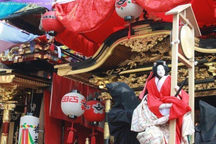 Muñecos karakuri del festival Chiryū Matsuri, celebrado en la prefectura de Aichi, donde unas preciosas y pesadas carrozas son empujadas por hombres en una espectacular procesión