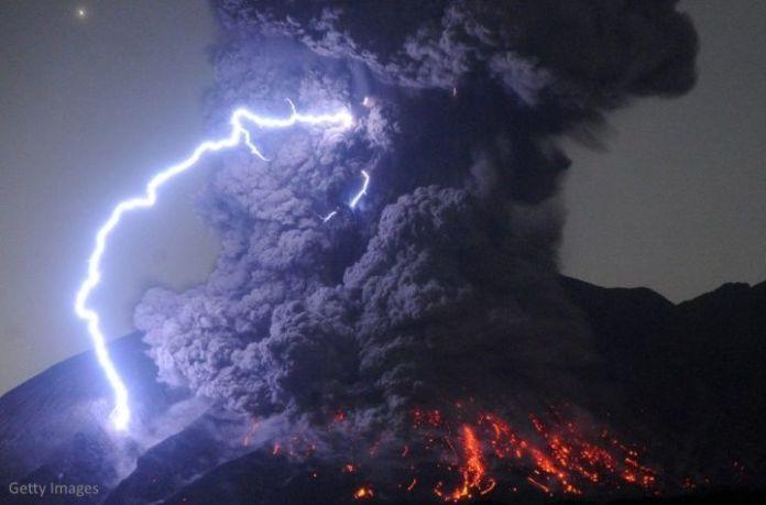 La erupción del volcán Sakurajima ha provocado una impresionante y aterradora tormenta eléctrica alrededor de la enorme columna de humo y cenizas