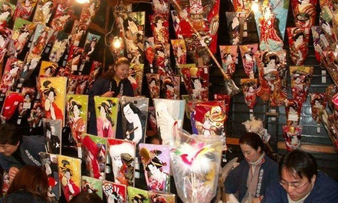 Festivales de Japón: feria Hagoita-Ichi (羽子板市) o Feria de las Palas Hagoita en el templo Sensoji de Asakusa (Tokio) a finales de año.