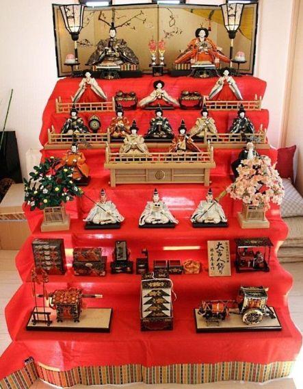 """Hina Dan para las muñecas japonesas """"hinaningyō""""(雛人形) utilizadas durante el """"Hinamatsuri"""" (雛祭)"""