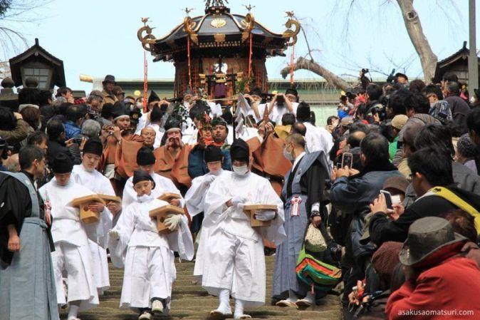 Festivales de Japón: el Hote Matsuri, en la ciudad portuaria de Shiogama (塩竈市 o塩釜市), en la prefectura de Miyagi, con una peligrosa procesión o aremikoshi