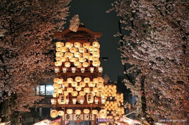 Farolillos encendidos en las carrozas del precioso festival Inuyama Matsuri (犬山祭)