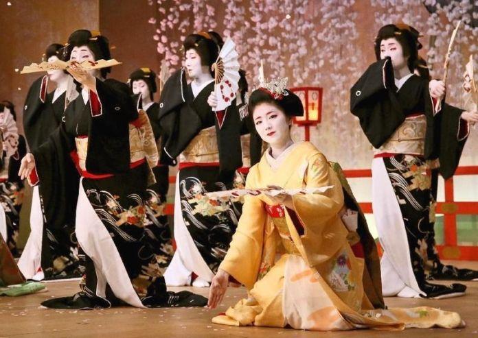 Festivales de Japón: el Kitano Odori (北野をどり), el festival de geishas del distrito de Kamishichiken, uno de los más especiales tanto por su tamaño como por su puesta en escena.
