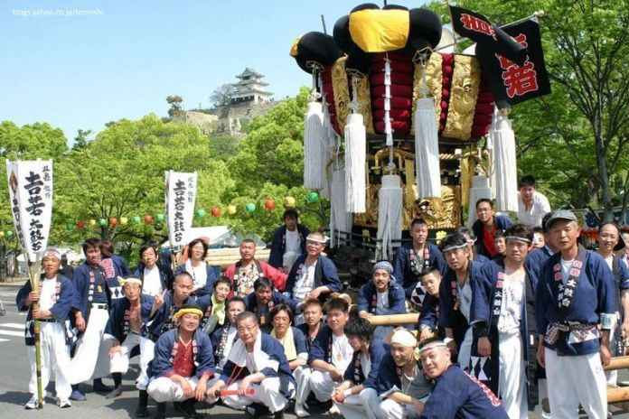 Festivales de Japón: el Marugame Oshiro Matsuri o Festival del Castillo de Marugame, celebrado en la prefectura de Kagawa, al noreste de la isla de Shikoku