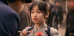"""El señor Presidente le compra un helado a la pequeña Chiyo. """"Memorias de una Geisha""""(""""Memoirs of a Geisha"""", 2005)"""