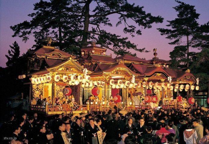 Carrozas iluminadas en el impresionante festival Nagahama Hikiyama Matsuri (Shiga, Japón)