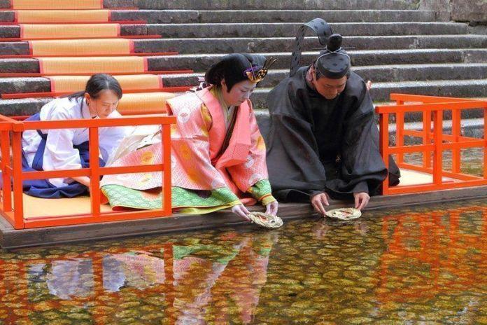 Ritual Nagashibina en el santuario Shimogamo (Kioto) con motivo del Hina Matsuri