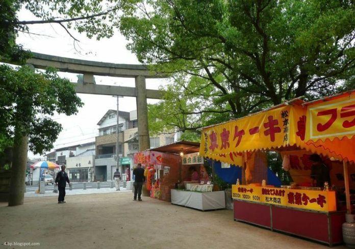 Puestos de comida en el festival el Ōyamazumi Jinja Reitaisai de Imabari