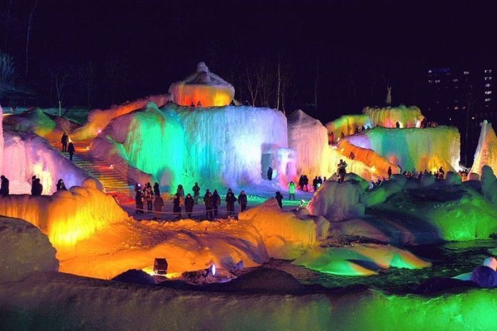 Festivales de Japón: el Festival de la Cascada de Hielo de Sōunkyō (層雲峡温泉氷瀑まつり, Sōunkyō Onsen Hyobaku Matsuri) en Sōunkyō Onsen (層雲峡温泉). un pueblo termal situado en Hokkaidō.
