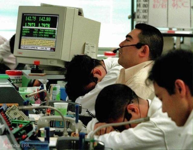 Trabajadores japoneses agotados durante la dura jornada de trabajo (Agencia EPA)