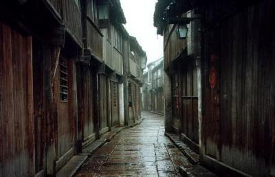Pueblo tradicional japonés después de la lluvia